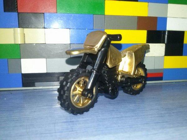Voici Une Voiture Et Une Moto Couleur GOLD En Lego