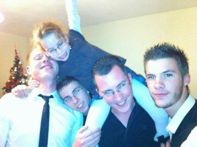 Les 4 Frére et la petite cousine toujou de Droite à gauche : Fabien 18 ans, Moi 24 ans, Axel 15 ans, Cédric 25 ans et ma bele boucle d'or Cloé 5 ans