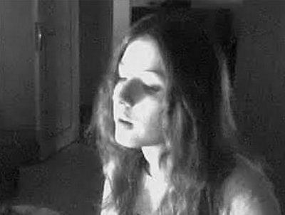 Je me suis sentie glisser, j'ai ouvert les yeux et j'ai vu que je tombais. Je n'ai aucun souvenir d'avoir vécut avant cela. Alors pour moi c'est comme si ma vie commençait maintenant, en une longue chute interminable, en me demandant quand est-ce que j'aurais définitivement touché le fond pour me briser.