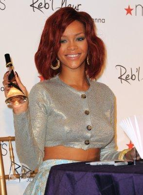 Rihanna is promoting « Reb'l Fleur » à Los Angeles