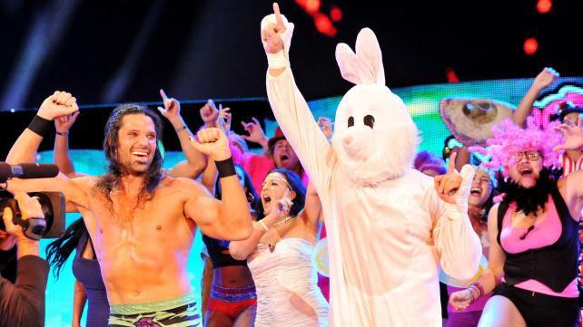 Le lutteur sous le costume de « Bunny » est…