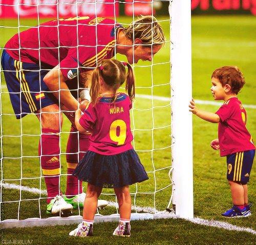 Malgrès sa passion pour le ballon rond, Torres noublie jamais sa Famille et rien que pour sa nous l'adorons  ♥♥