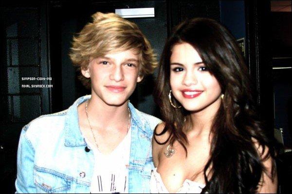 26/04/11 ♦ Cody Simpson a rencontré Selena Gomez dans les coulisses de Q102.