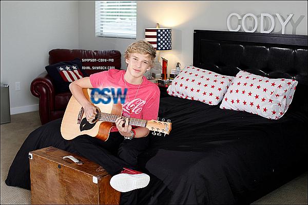 14/09/11 ♦ Une photo de Cody Simpson avec une guitare à la main à fait son apparition sur la toile .