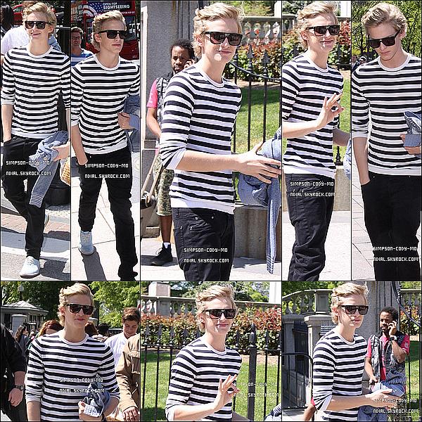 08/04/12 ♦ Cody Simpson a été vu allant aux répétitions du concert pour la course aux oeufs de Pâques à Washington.