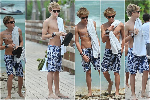 30/04/11 ♦ Cody Simpson était à Miami Beach avec sa famille à Miami.