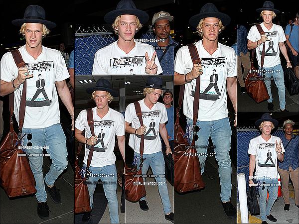 16/03/15 ♦ Cody Simpson a été vu arrivant à l'aéroport LAX dans la soirée à Los Angeles.