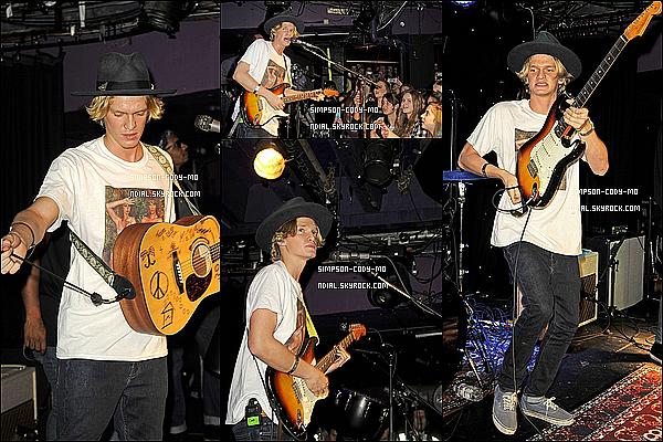 16/05/15 ♦ Cody Simpson a été vu sur la plage et dans les rues de Barcelone avec des amis.