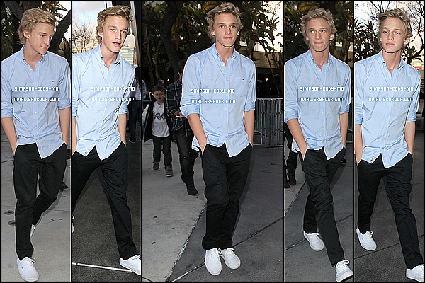 17/04/12 ♦ Cody Simpson a été vu arrivant à The Staples Center dans Los Angeles .