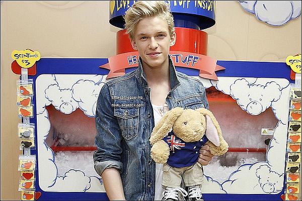 19/10/12 ♦ Cody Simpson était présent pour les 15 ans de Build-A-Bear.