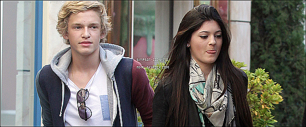 27/11/11 ♦ Cody Simpson était avec Kylie Jenner à proximité de The Grove Shopping Center à L.A.