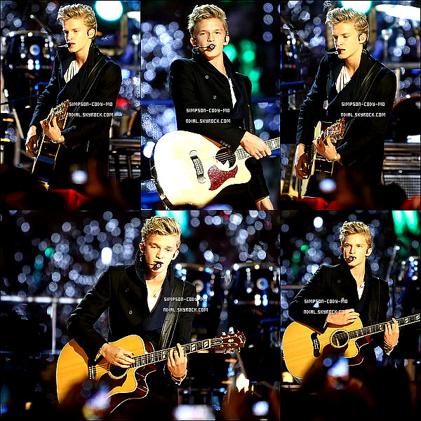 28/11/12 ♦ Cody Simpson a performé à L.A. LIVE Holiday Tree Lighting à Los Angeles.
