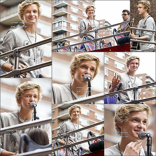 28/09/11 ♦ Cody Simpson a performé sur un bus rouge à deux étages dans New York.