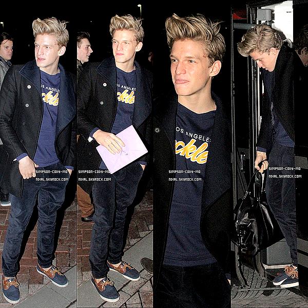 21/02/13 ♦ Cody Simpson a été vu prenant des photos avec des fans à Manchester .