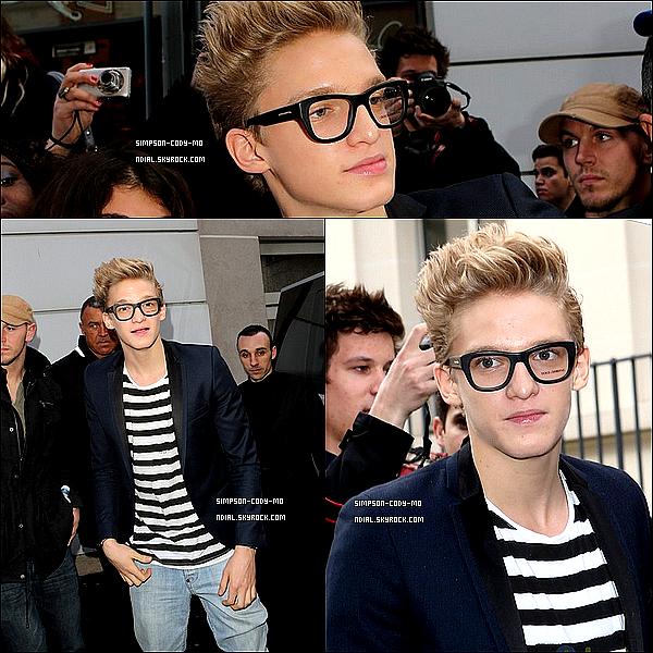 19/03/13 ♦ Cody Simpson était dans les studios d'NRJ à Paris, il a pris des photos avec des fans.