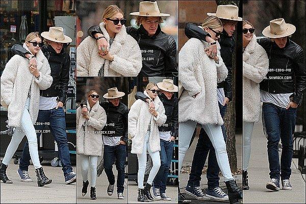 09/04/15 ♦ Cody Simpson et Gigi Hadid ont fait une balade romantique dans New York.