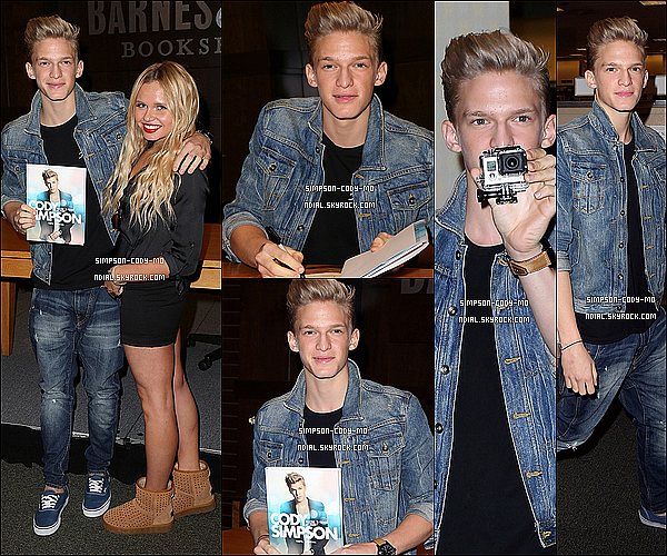 28/10/13 ♦ Cody Simpson était chez Barnes and Noble à Los Angeles.