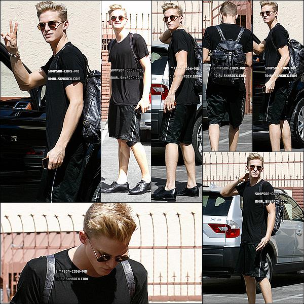 08/04/14 ♦ Cody Simpson à été vu quittant le studio de danse de DALS à Los Angeles .