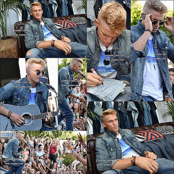 12/06/14 ♦ Cody Simpson était chez Hollister à Santa Monica, CA.