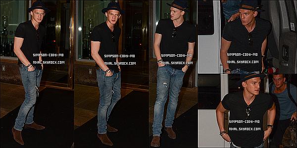 21/08/14 ♦ Cody Simpson a été vu arrivant à son hôtel à Montréal.