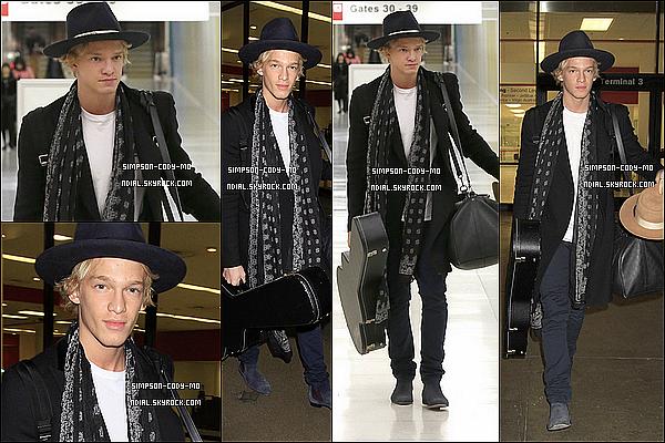 09/11/14 ♦ Cody Simpson a été vu arrivant à l'aéroport LAX de Los Angeles après avoir quitter N-Y.
