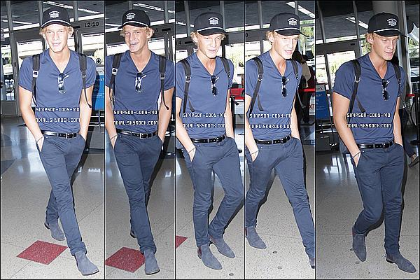 21/10/14 ♦ Cody Simpson a été vu arrivant à l'aéroport LAX à Los Angeles pour prendre un vol.