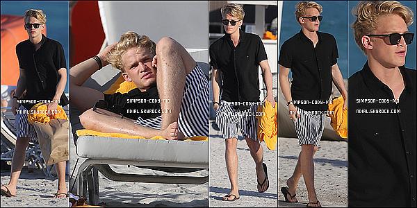 03/12/14 ♦ Cody Simpson a été aperçu sur une plage à Miami.