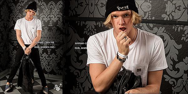 23/06/15 ♦ Cody Simpson et des amis ont été vus sur un parking direction une soirée à Los Angeles.