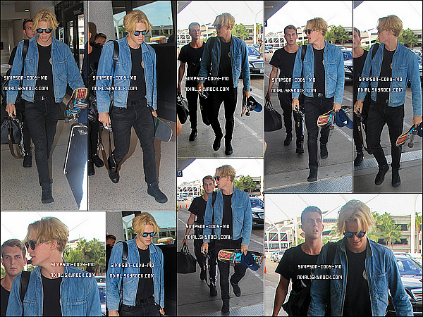 27/10/15 ♦ Cody Simpson a été vu arrivant dans l'après-midi à l'aéroport international LAX de Los Angeles.