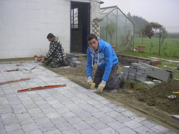 Nous sommes occup s de poser des pav s sur un chantier l for Pose pave exterieur