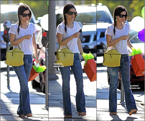 05/01/2012: Rachel a encore une fois été vue se baladant avec sa mère dans Los Feliz où on peut voir qu'elle a fait quelques achats.