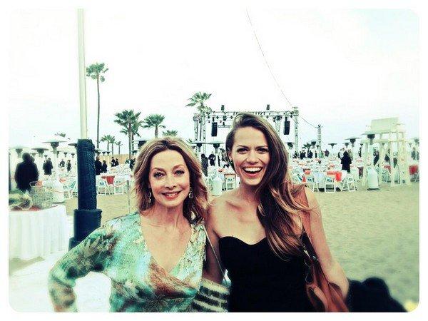 16 Mai 2013 - Joy était présente à l'évènement Coastal Living At Bring Back the Beach avec Sharon Lawrence (la maman de Julian dans OTH, et celle d'Izzie dans Grey's Anatomy). Elle portait une combinaison bustier noire, je lui accorde un TOP ! elle est toute belle.