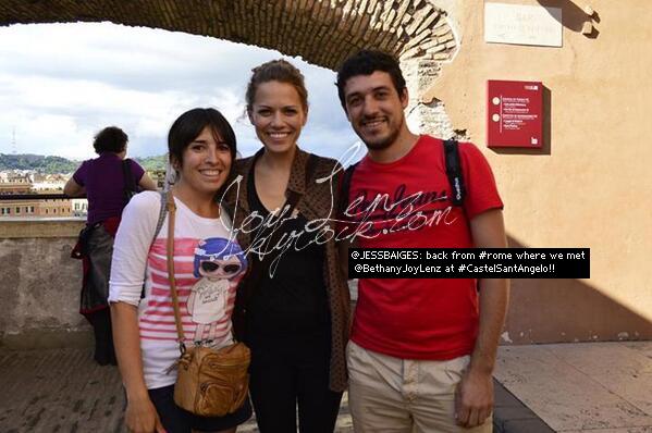 Joy et des fans lors de son voyage en Italie.