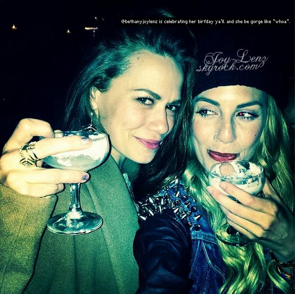 Bethany a fêté son anniversaire au RivaBella Ristorante en compagnie de Rumer Willis, JC Coccoli.