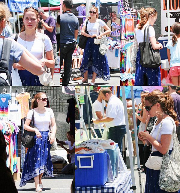 25 Mai 2014 - Bethany Joy s'est rendue au Farmers' Market.