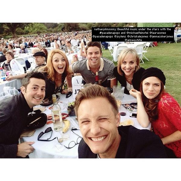 7 Juin 2014 - Bethanny Joy Lenz et des amis dont le photographe Nathan Johnson étaient au Los Angeles County Arboretum and Botanic Garden où ils ont assisté à un évènement musical. Une fan a eu la chance de prendre une photo avec Joy.