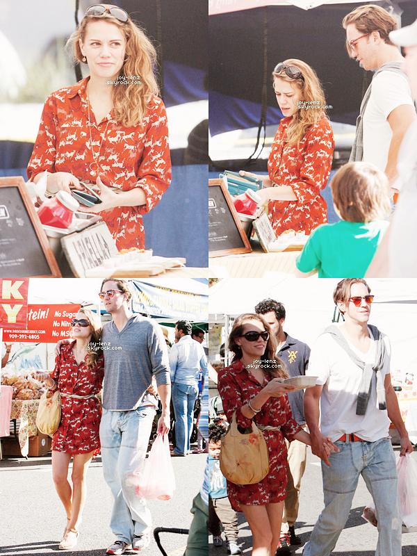 16 Novembre 2014 - Bethany Joy Lenz et Wes Ramsey se sont rendus au Farmers' Market de Los Angeles.