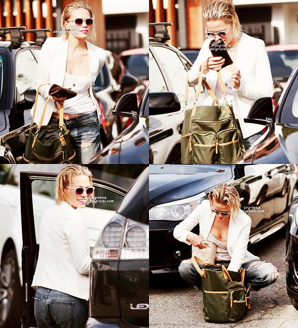 09 Janvier 2015 - Bethany a été vue dans les rues de Los Angeles.