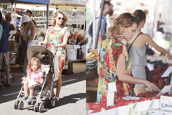 13 Septembre 2015 - Bethany et Maria étaient au Farmers Market.