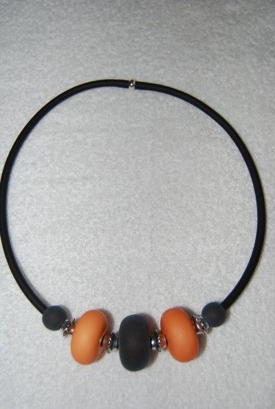 Enfilage simple, couleurs d'automne, monté sur buna cord