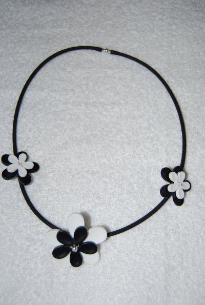 Des tites fleurs montées sur buna cord