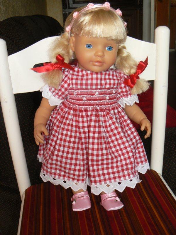 la petite thea avec la robe de charlotte