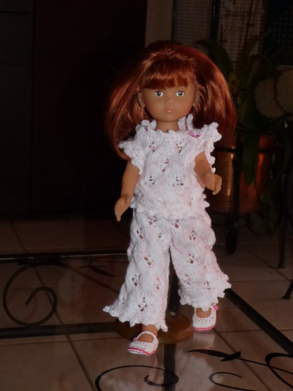 voici clara  avec la tenue que sa maman  a tricotée