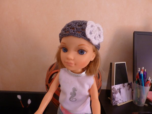 ce petit bonnet cadeau gagné au  jeu   de poupéedemy  il va très bien   a nancy