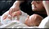 Le papa Nicolas pique à tétine de sa fille lana