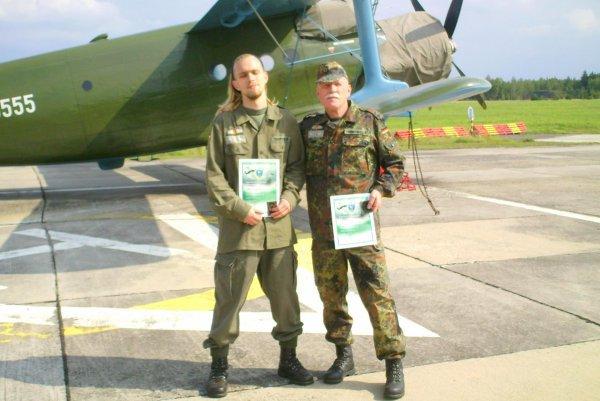 NACHTRAG 20: Peter und Kevin Trumpfheller (Vater und Sohn) nach dem Fallschirmspringen in Tschechien