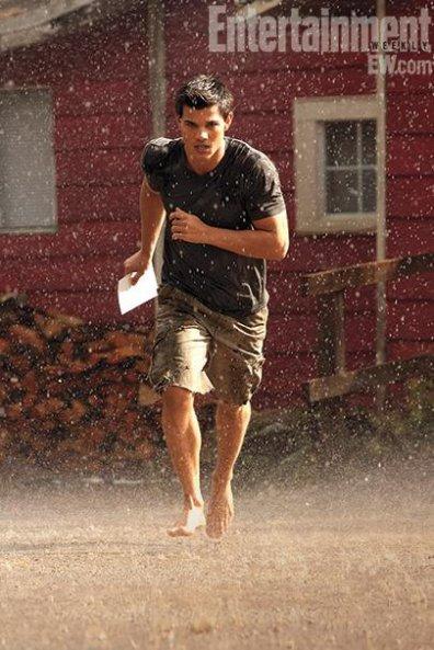 Jacob devant sa maison, courant sous la pluie.