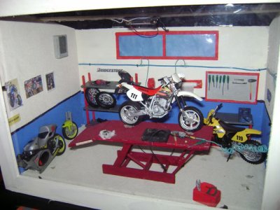 vitrine garage moto pour jonathan bricoles and co. Black Bedroom Furniture Sets. Home Design Ideas