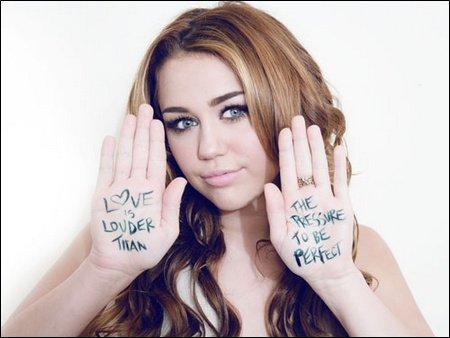 Miley s'est joint a d'autres célébrités, dont Demi Lovato, pour représenter la campagne du magazine Seventeen « Love Is Louder Than the Pressure to Be Perfect ».