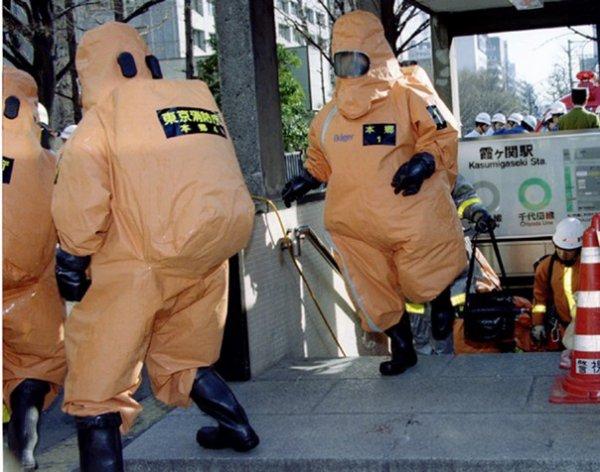 Au Japon, les membres d'une secte répandent un gaz mortel dans le métro de Tokyo